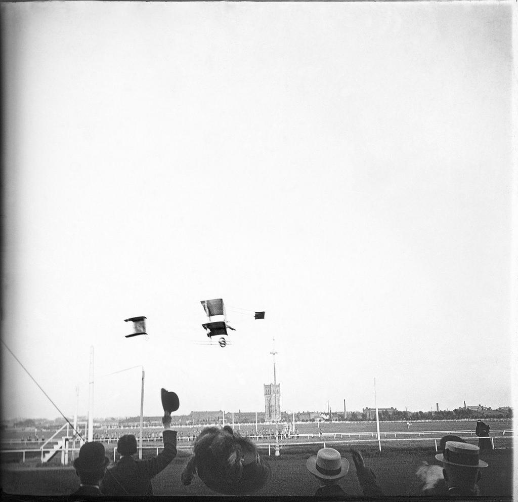 Полет авиатора Сергея Уточкина на аэроплане 'Фарман-IV' над Ходынским полем. 1910.
