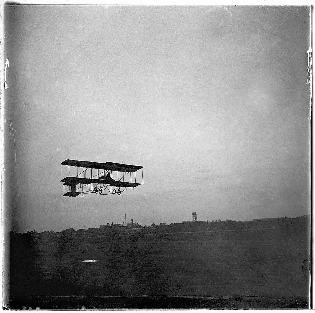 Полет авиатора Сергея Уточкина на аэроплане 'Фарман-IV' над Ходынским полем. 1910