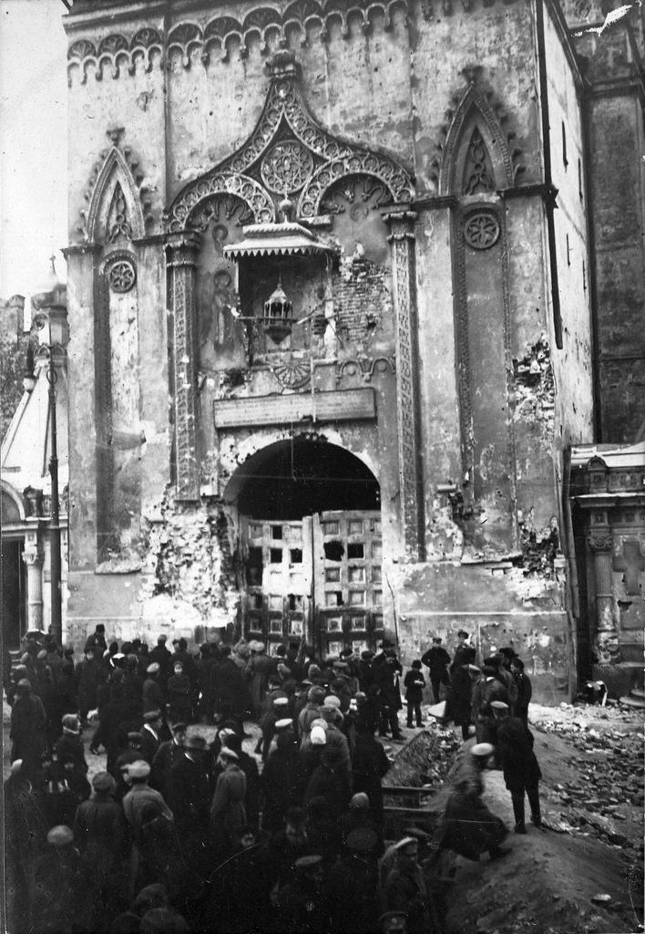 Результат обстрела большевиками Никольской башни Кремля. 1917
