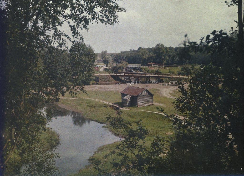 Яуза. У моста на Осташковской дороге. 1907.