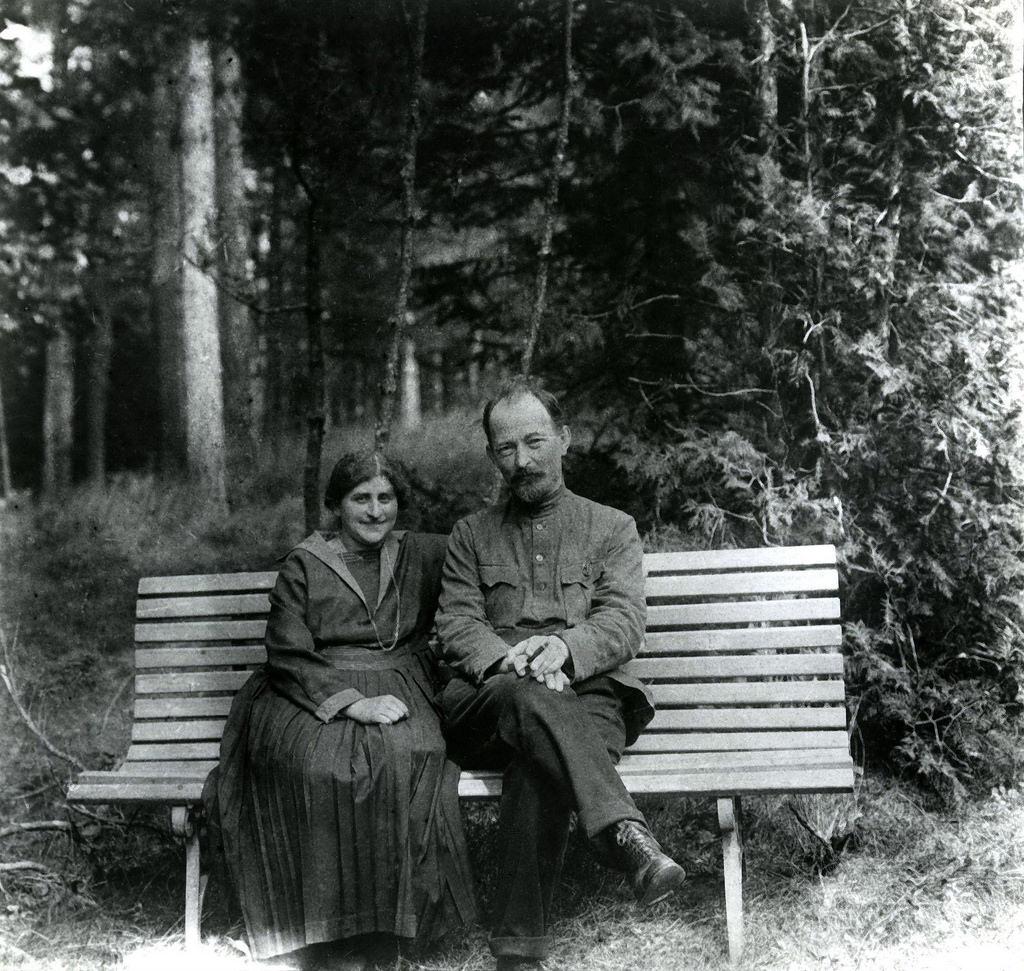 1923. Ф.Э.Дзержинский с женой Софьей в подмосковной деревне