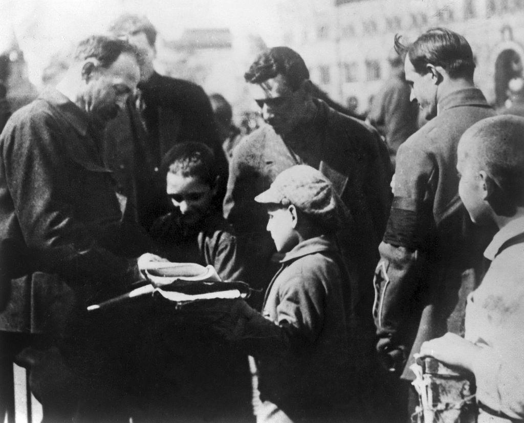 1924. Ф.Э. Дзержинский дает автограф детям на Красной площади