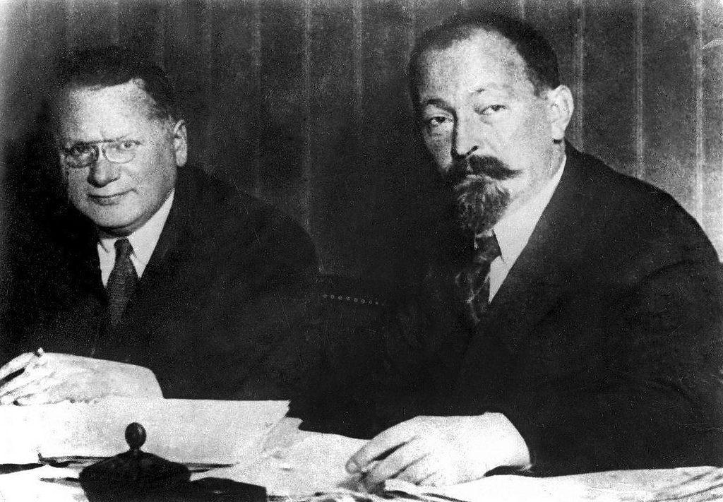 1925. Максим Максимович Литвинов с Феликсом Эдмундовичем Дзержинским