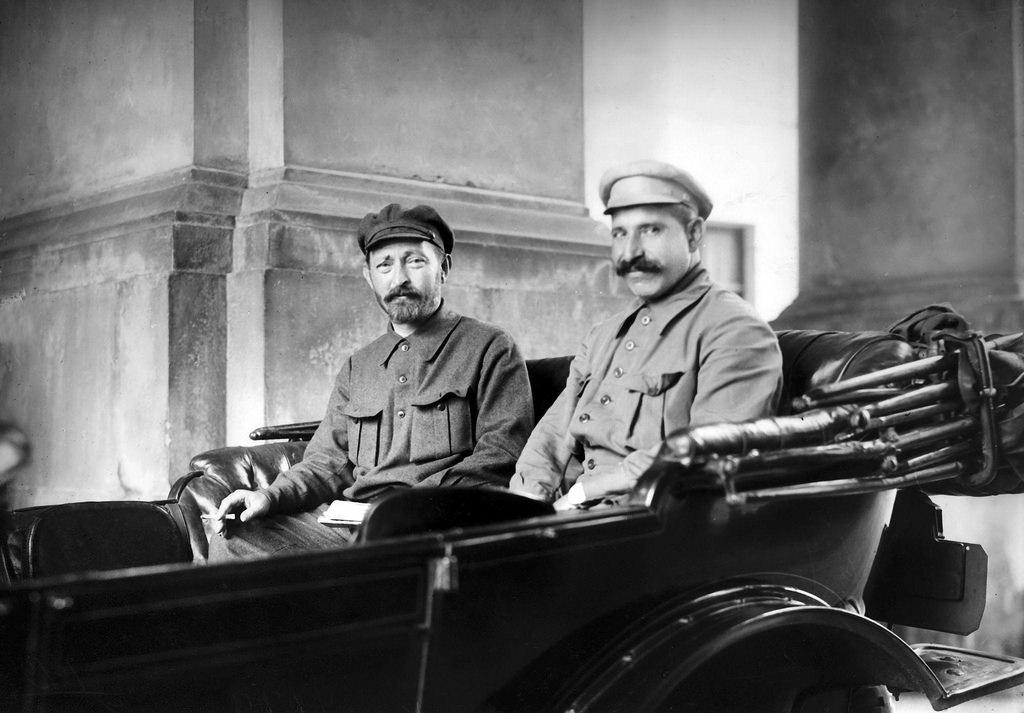 1925. Ф. Э. Дзержинский и А. Я. Беленький в автомобиле