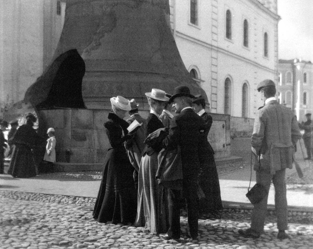 Туристы у Царь-колокола. 1896