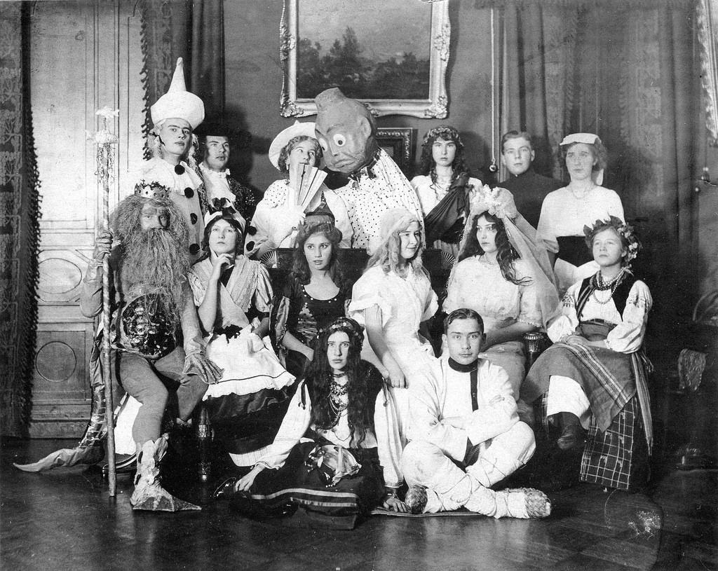 Участники рождественского бала-маскарада в доходном доме П.И. Громова. 1913