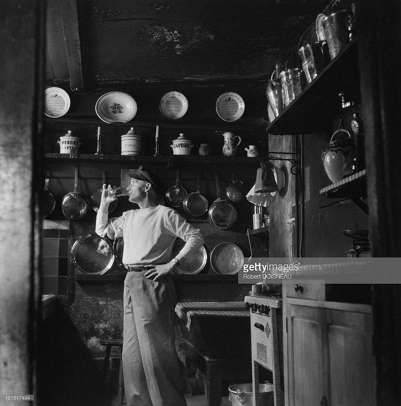 1944. Человек, пьющий на кухне