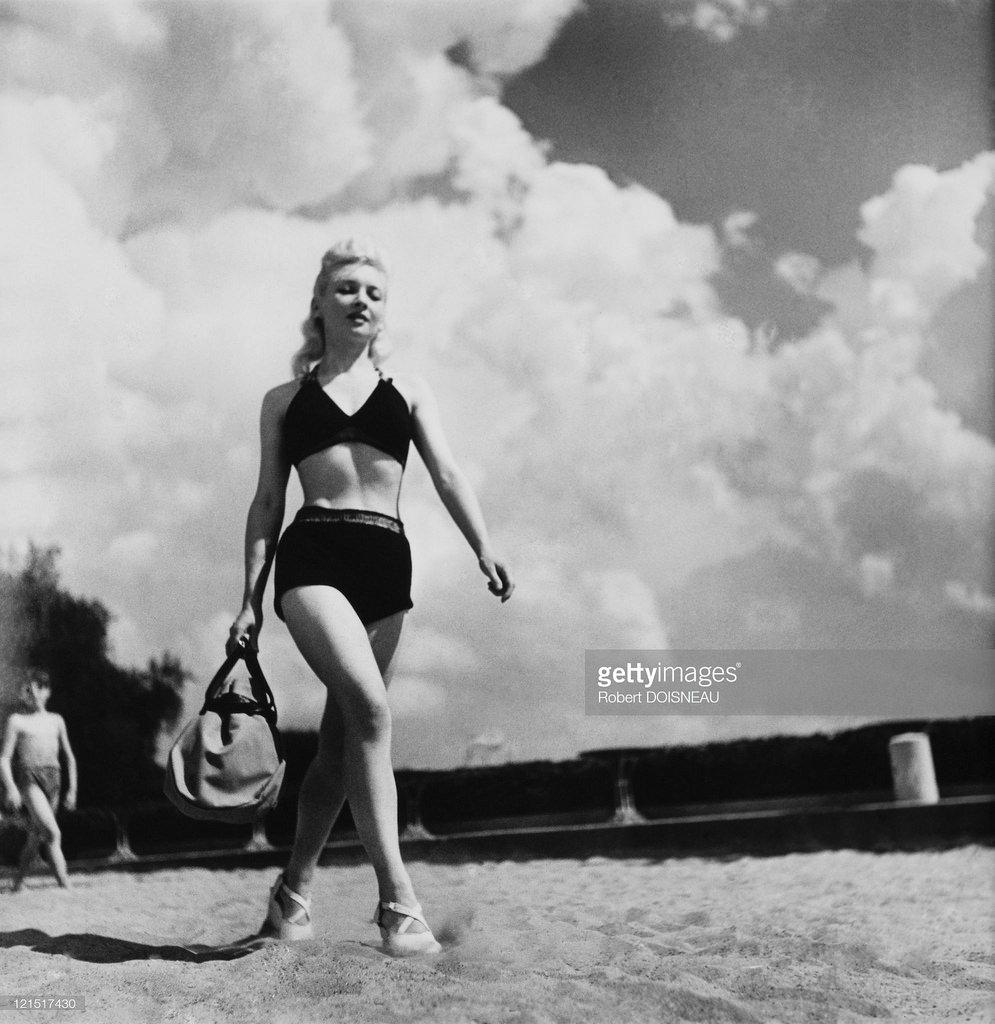 Женщина на пляже, Париж