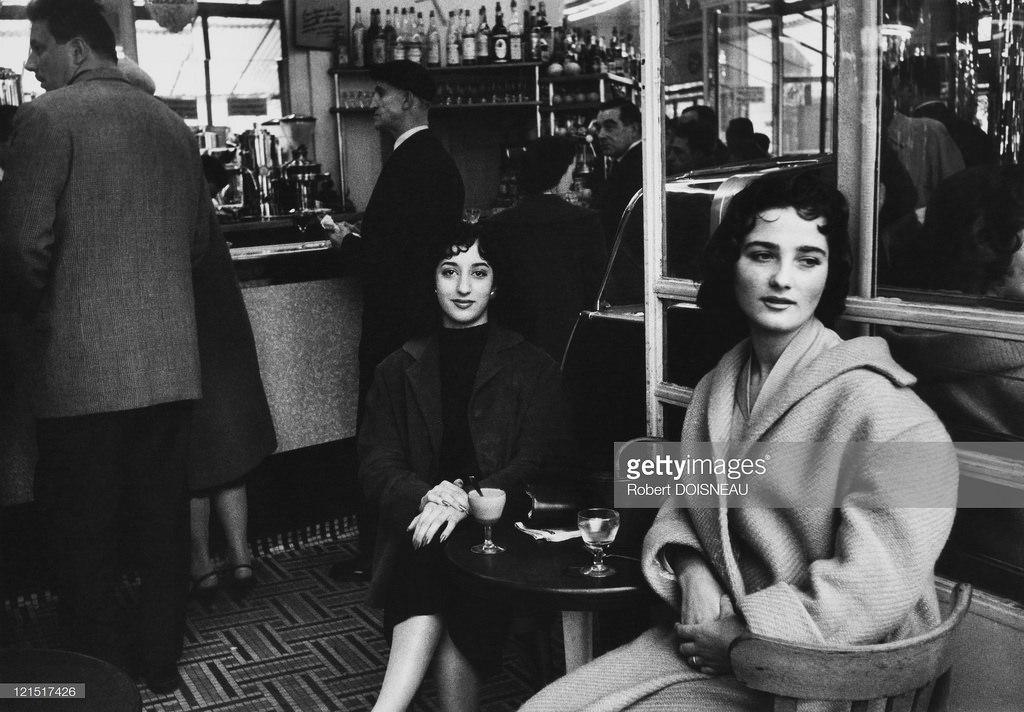Женщины в кафе. Париж