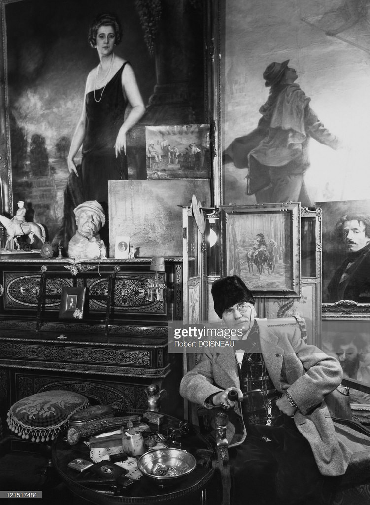 Мужчина в антикварной лавке. Париж