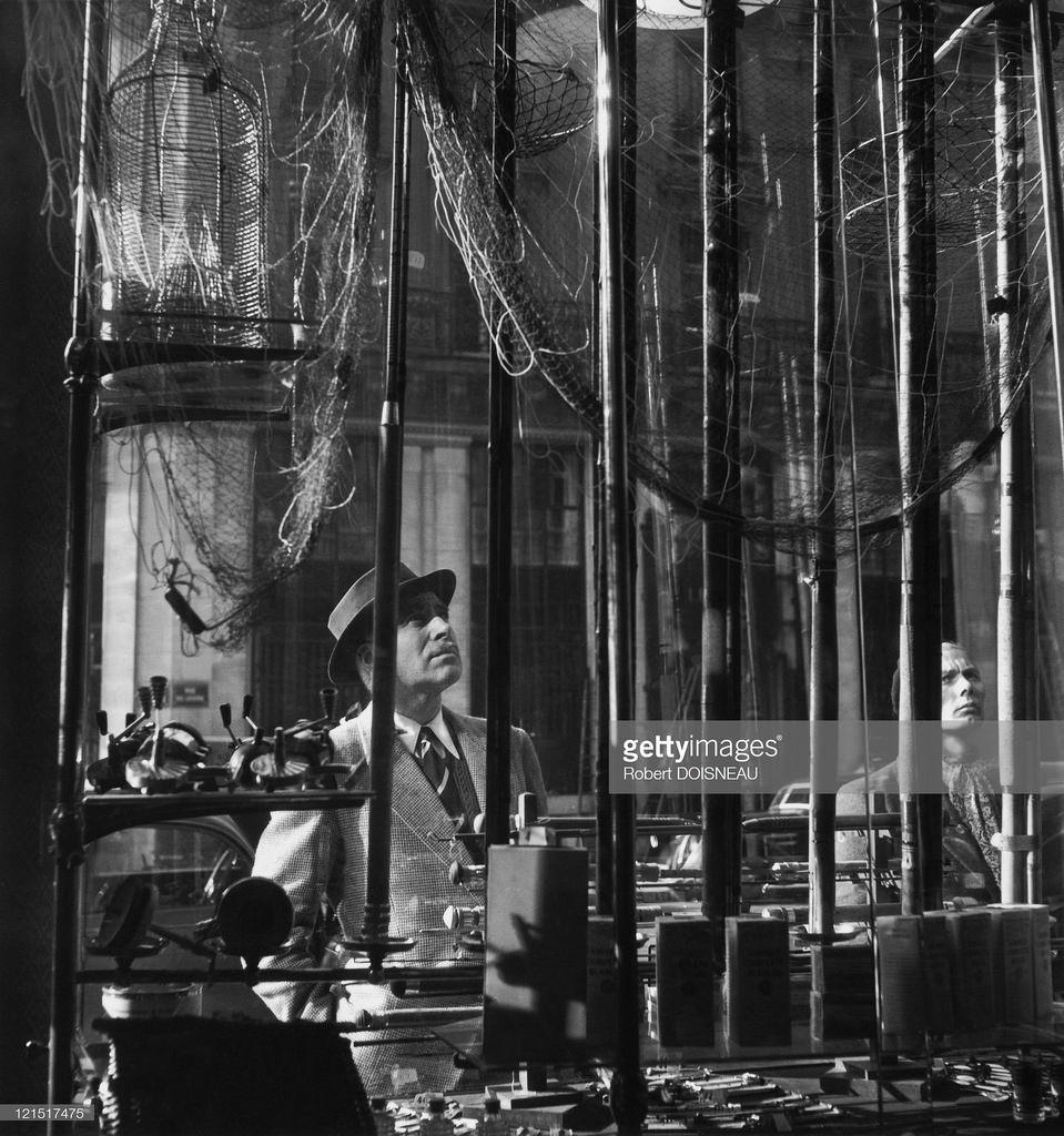 Мужчина, глазеющий на витрину. Париж