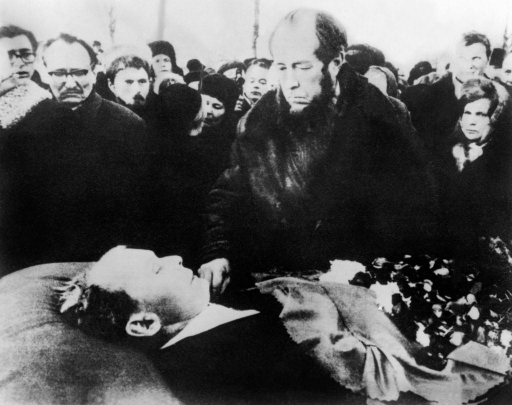 Александр Солженицын прощается с Александром Твардовским, Москва, Новодевичье кладбище, декабрь 1971