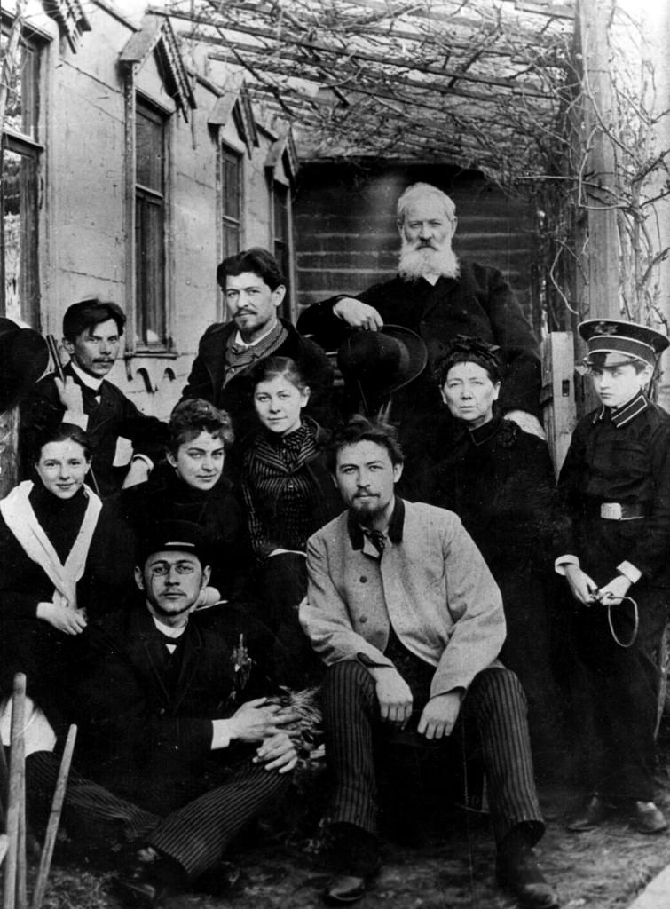 1890-е. А.П. Чехов (1860 - 1904) со своими друзьями и семьей в своем доме в Москве
