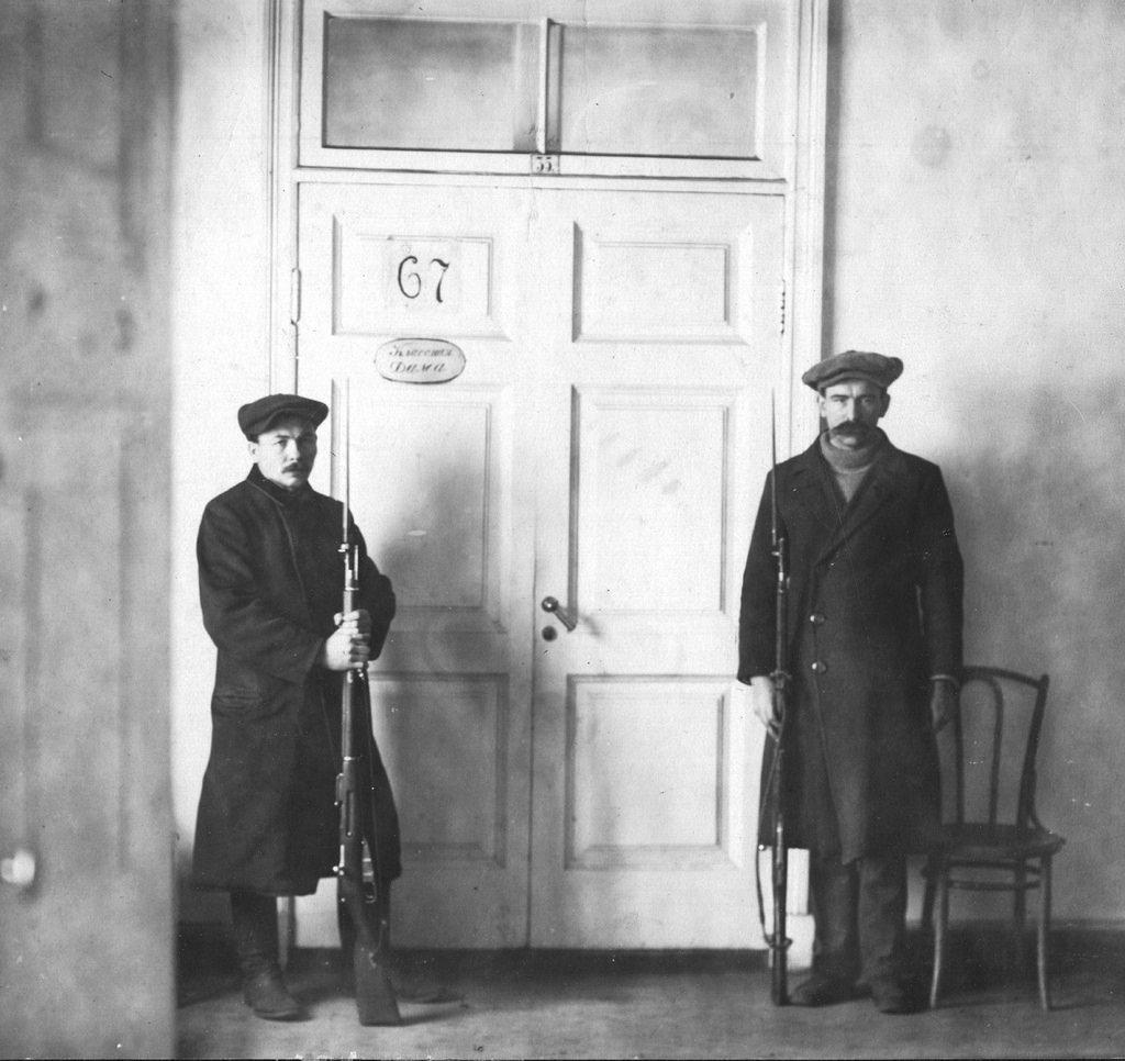 На посту у кабинета председателя Петросовета Л.Троцкого в сентябре-октябре 1917