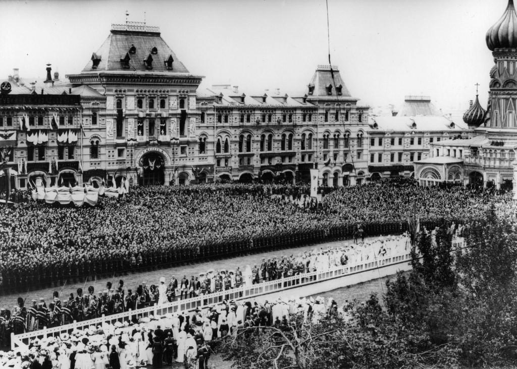Крестный ход с царской семьей на Красной площади