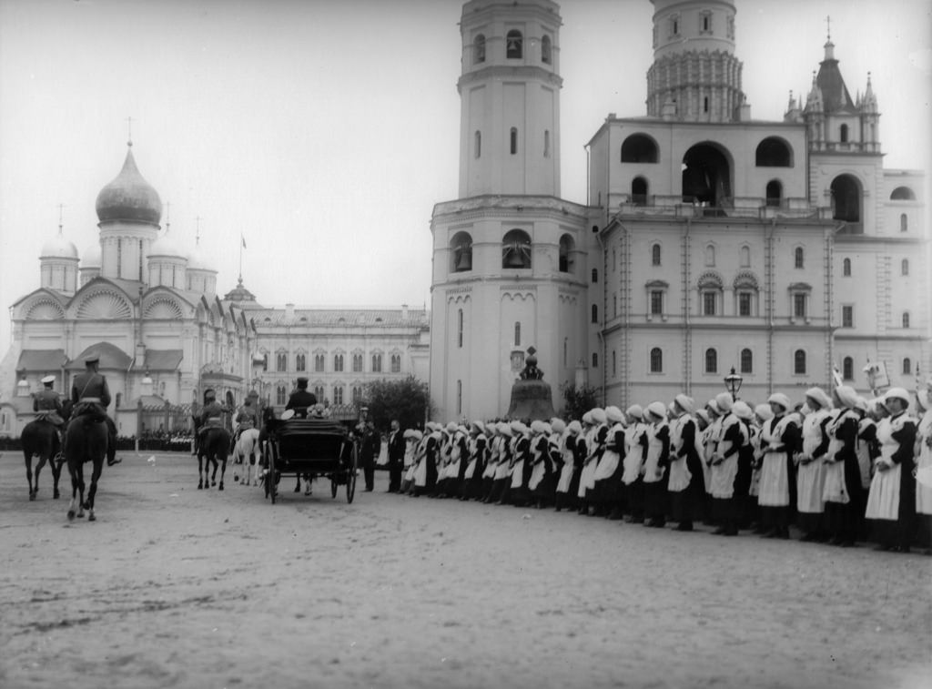 Николай II принимает парад школьников