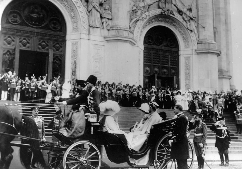 Николай II уезжает из Храма Христа Спасителя в экипаже со своими дочерьми