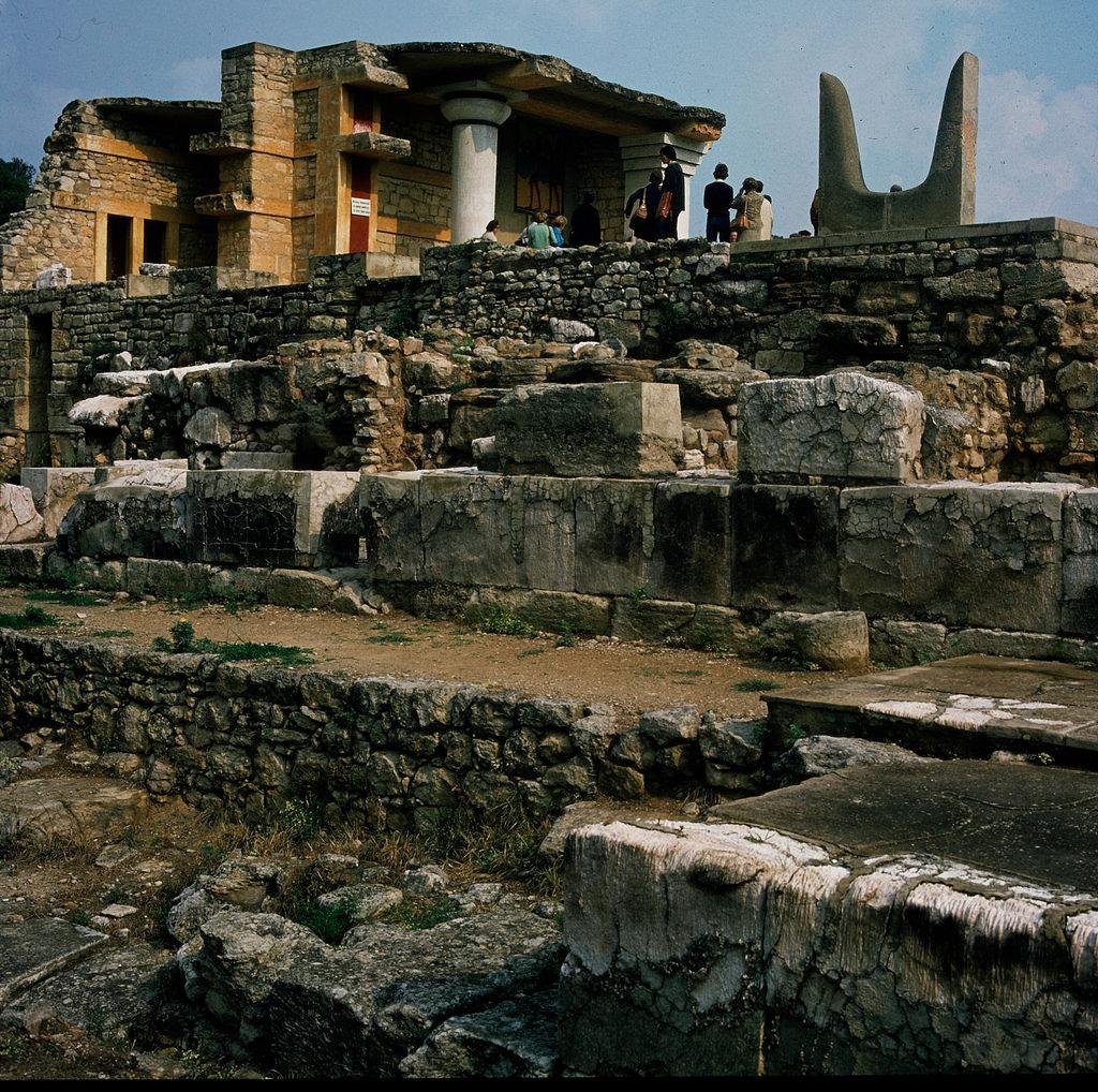 Кносский дворец. Южный пропилион, стены основания южного коридора и южный вход