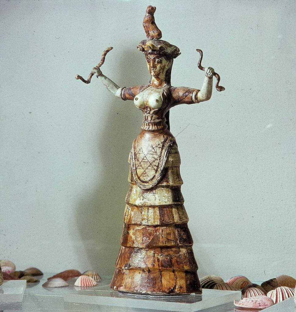 Ираклион. Археологический музей. Прамахос — Великая Мать богов, повелительница змей. Фаянс, 28,5 см, около 1700 г. до н.э.