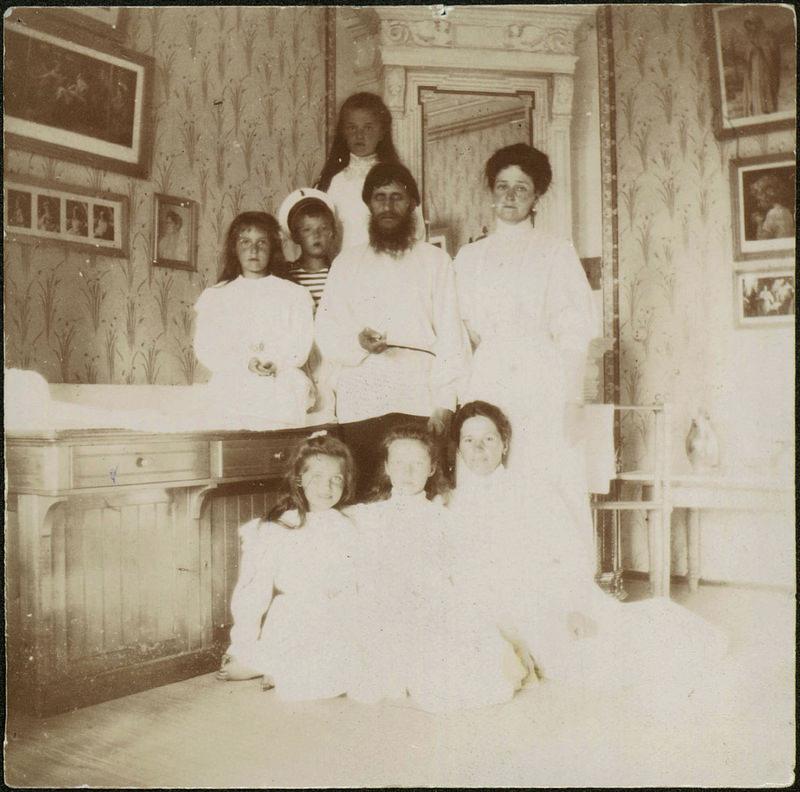 Александра Федоровна с детьми, Григорием Распутиным и гувернанткой Марией Вишняковой, 1908