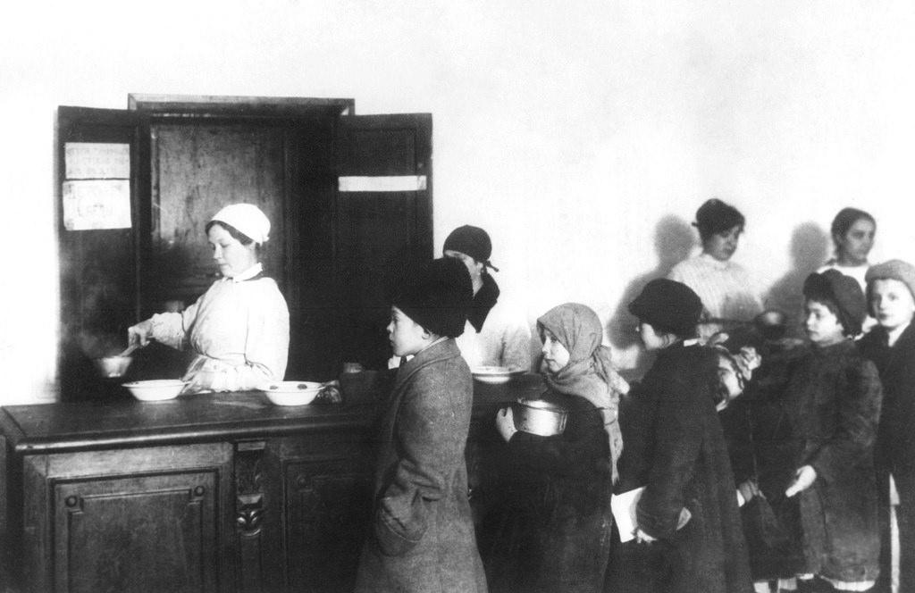 1918. Дети в очереди за миской супа во время раздачи пищи в Петрограде