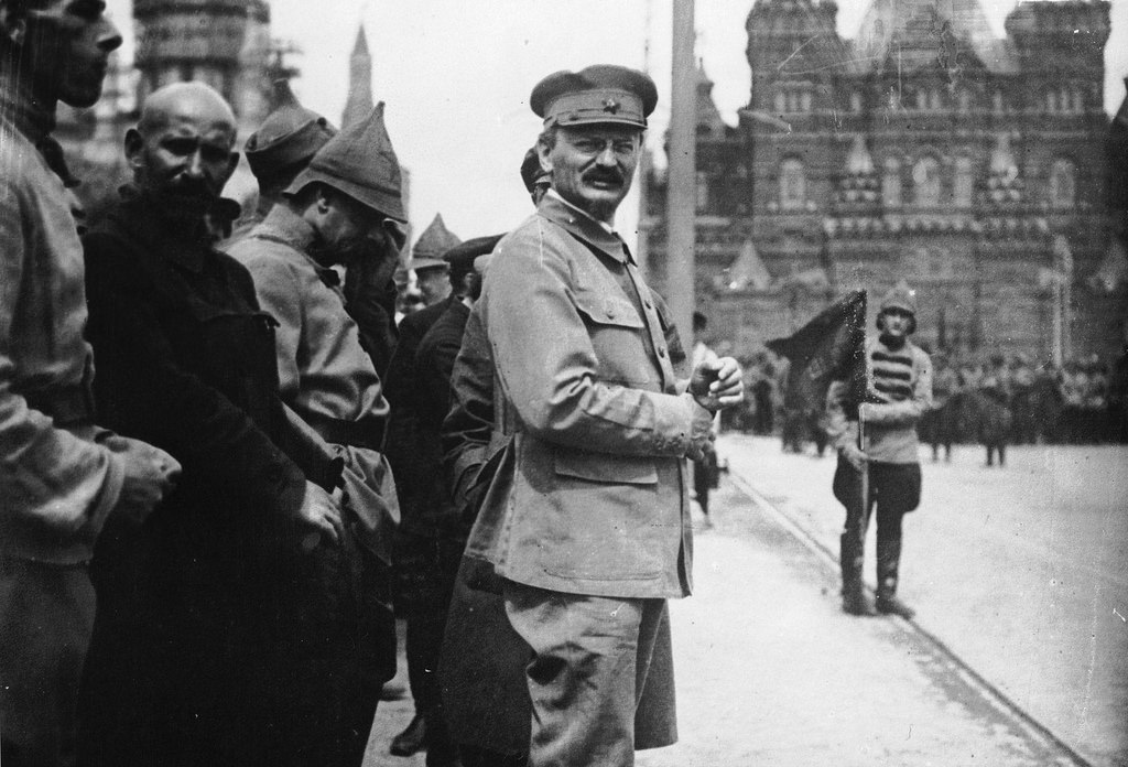 1918. Л.Троцкий принимает участие в параде на Красной площади в Москве