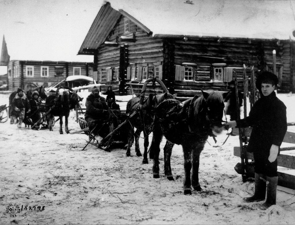 1918. Полковник Джордж Э. Стюарт, командующий американскими войсками в Северной России, с отрядом проходит через деревню, возвращаясь с фронта в Архангельск