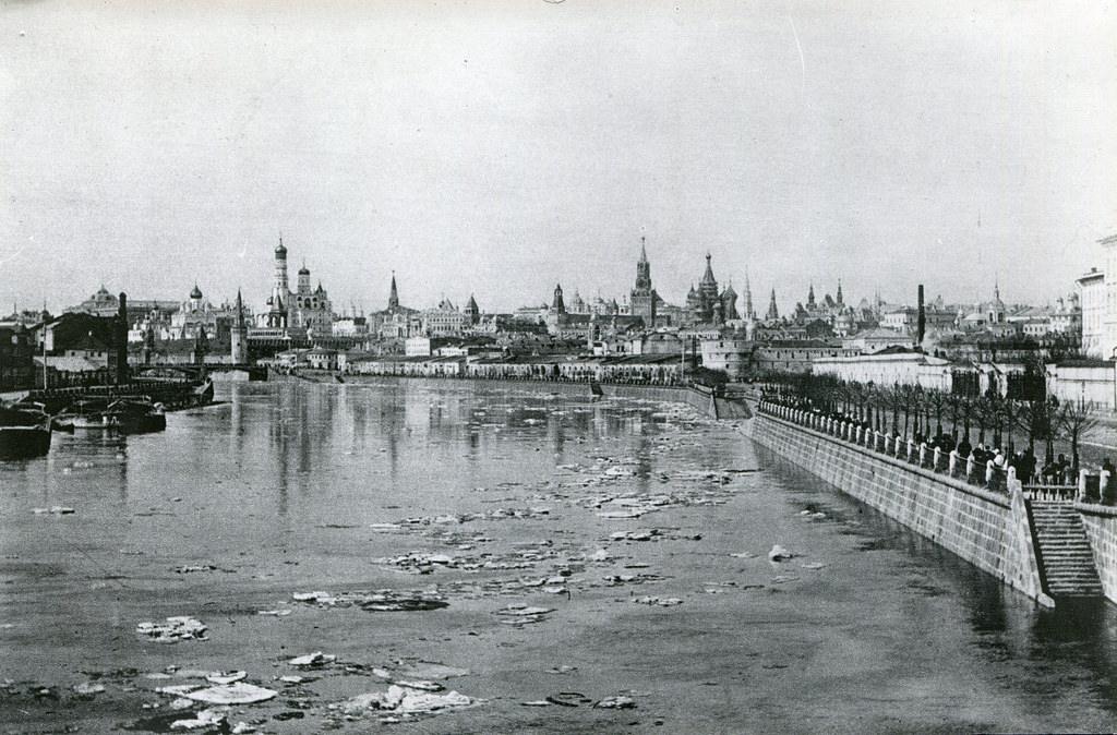 Панорама Кремля от Устьинского моста