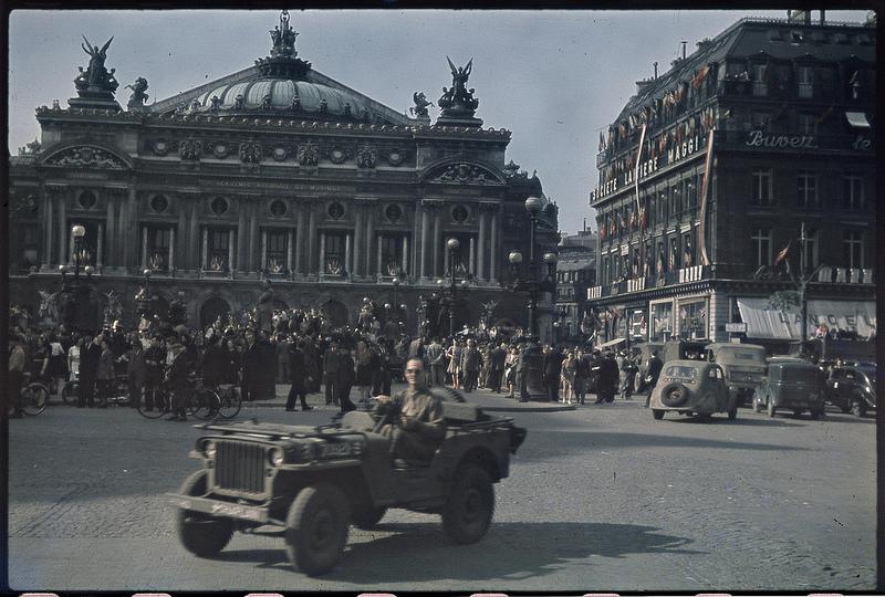 Площадь Оперы. Прибытие первого американского джипа