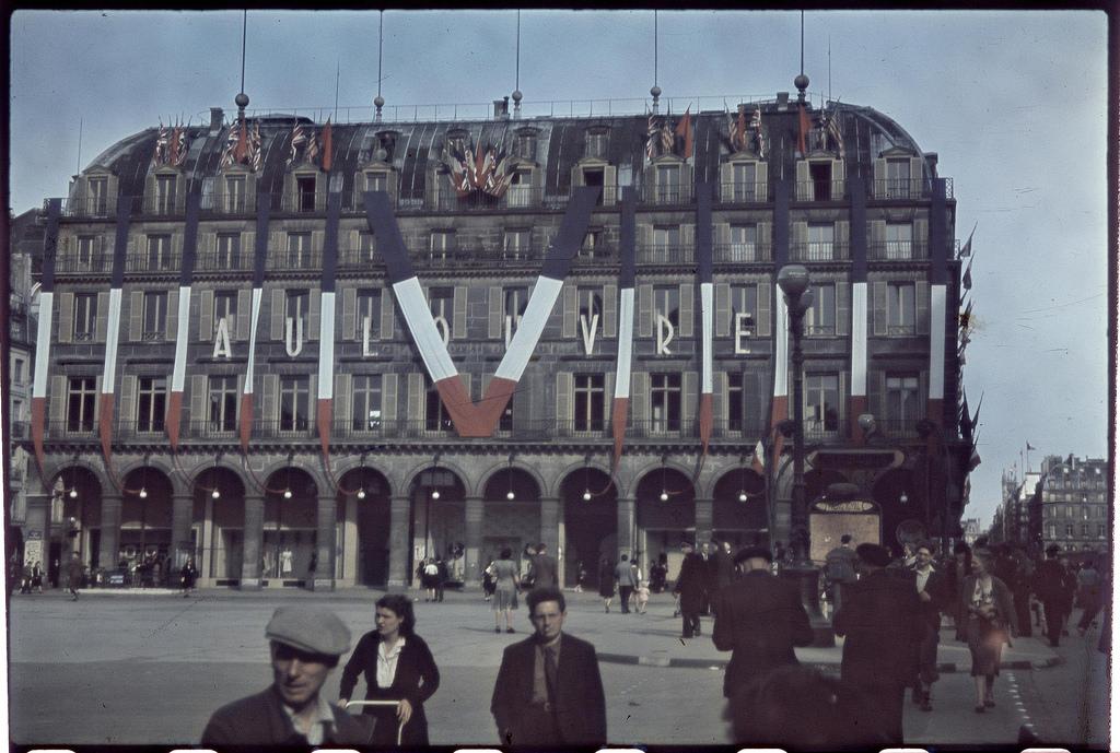 Символ Победы над магазинами Лувра