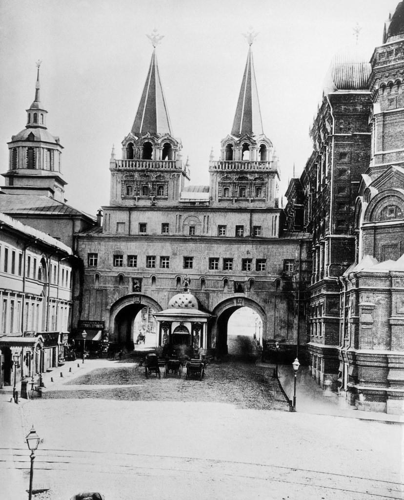 Воскресенские ворота с часовней Иверской иконы Божией Матери. 1884