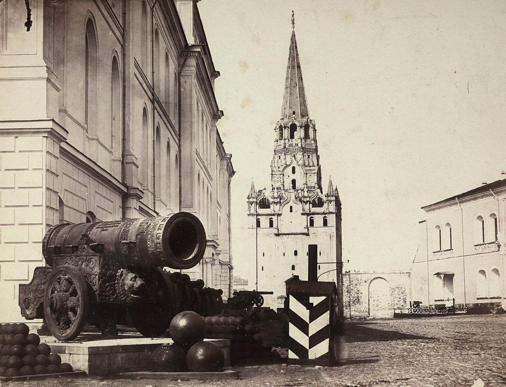 Царь-пушка, старое здание Оружейной палаты (Кремлевские казармы) и Троицкая башня Кремля. 1860