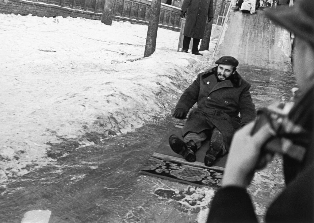 Фидель Кастро съезжает с ледяной горки на коврике, Москва, январь 1964