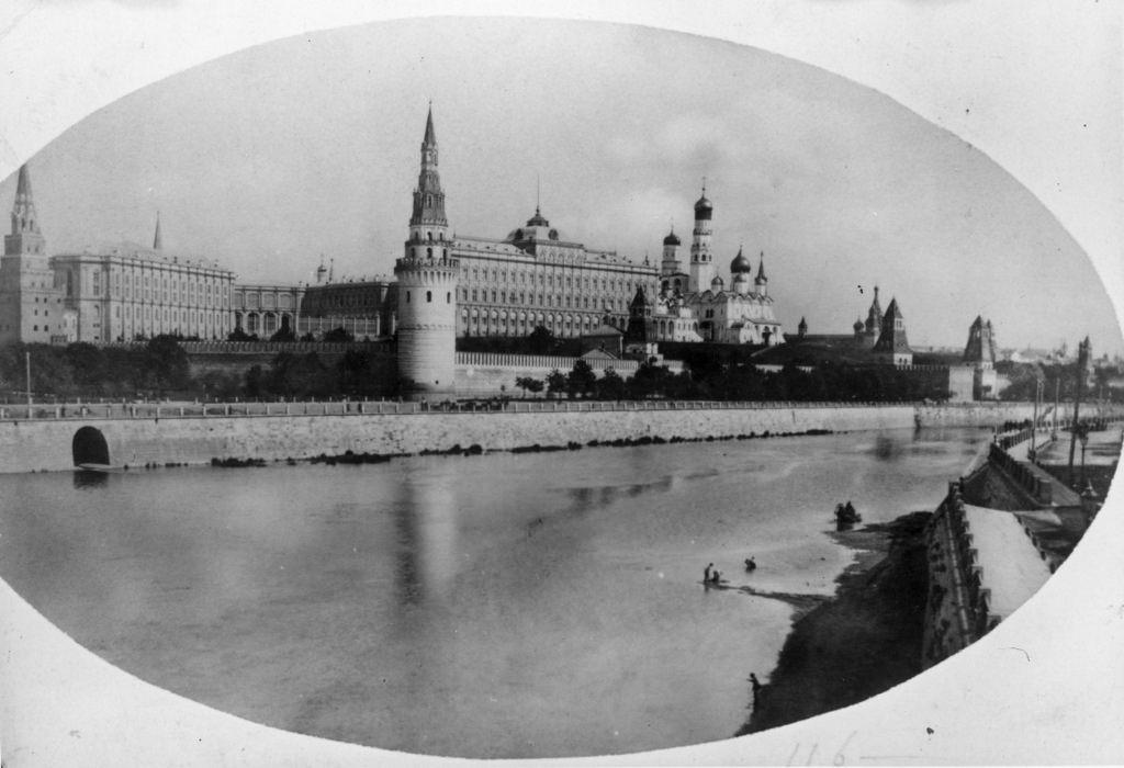 Кремль с Замоскворецкой набережной от Каменного моста. 1880-е