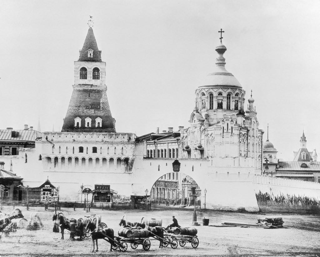 Проломные Владимирские ворота Китай-города и Пантелеймоновская часовня, 1884