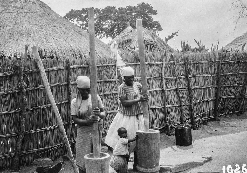 В деревне народности тва. Женщины за работой