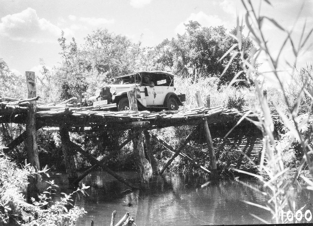 На новой дороге. Машина на мосту