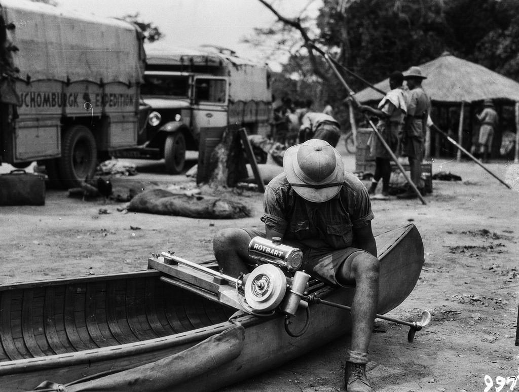 Нсомбо. В экспедиционном лагере. Участник экспедиции монтирует мотор на каноэ