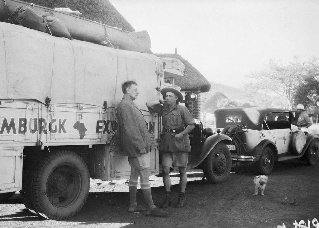 Форт Джеймсон. Два участника экспедиции возле грузовика Opel