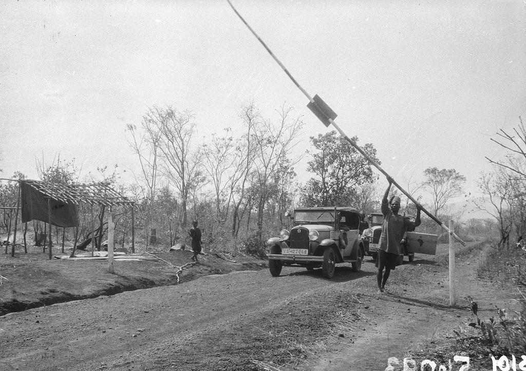 Форт Джеймсон. Экспедиционный автомобиль на проселочной дороге возле шлагбаума