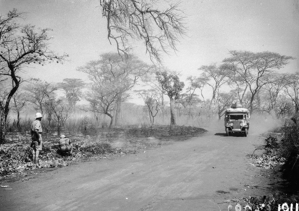 Форт Джеймсон.  Экспедиционный автомобиль на проселочной дороге