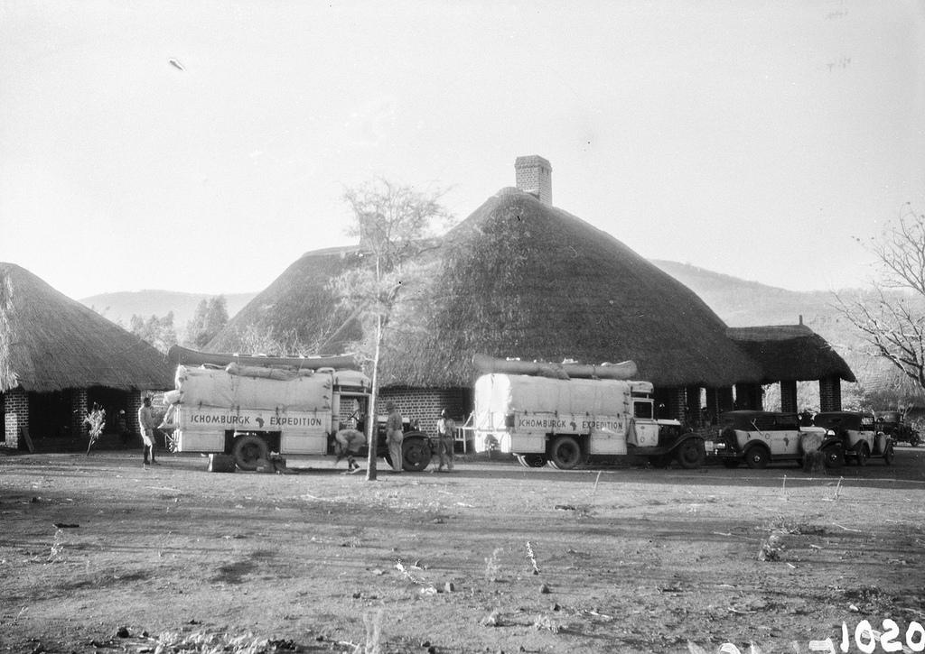 Форт Джеймсон. Машины экспедиции возле большого дома.