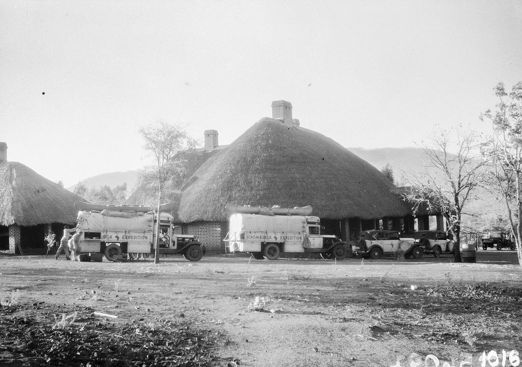 Форт Джеймсон. Машины экспедиции возле большого дома