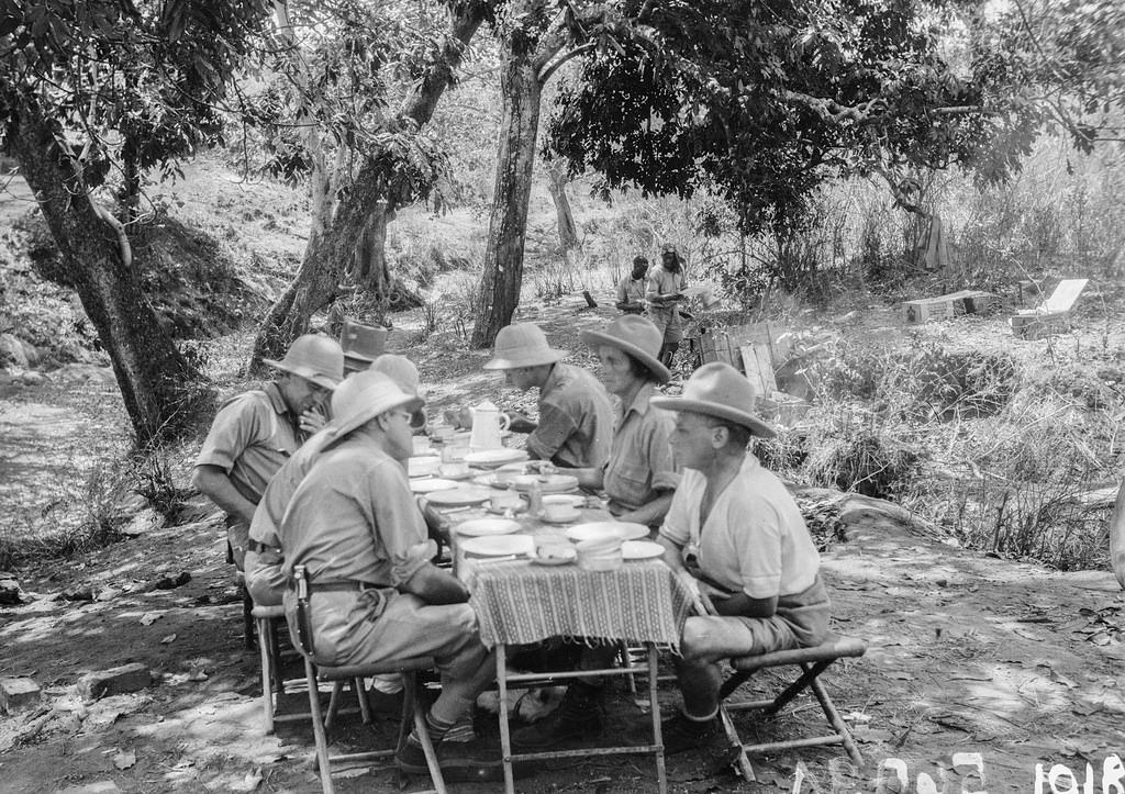Форт Джеймсон. Участники экспедиции сидят за столом