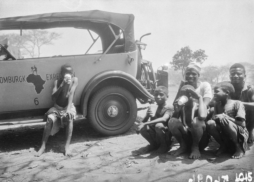 Форт Джеймсон. Мужчины и дети пьют возле машины