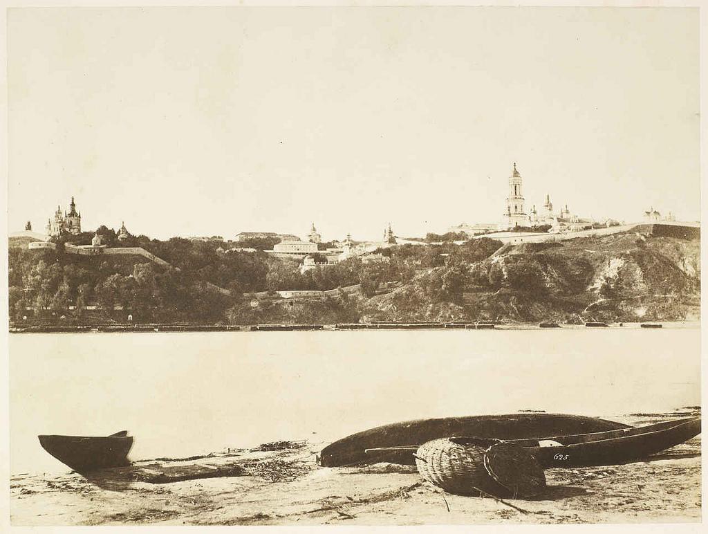 Киево-Печерская лавра с северного берега Днепра.