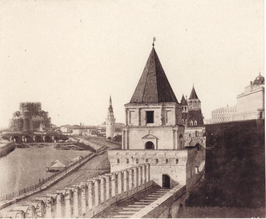 Москва. Стены Кремля и строящийся храм Христа Спасителя