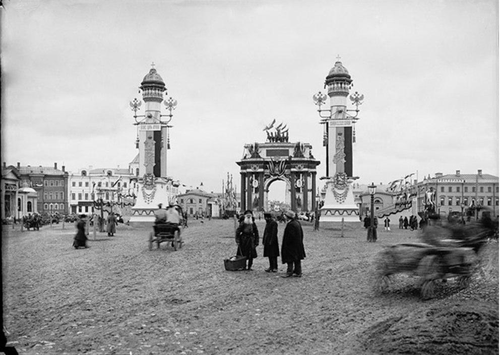 Площадь Тверской заставы, украшенная к коронации Николая II