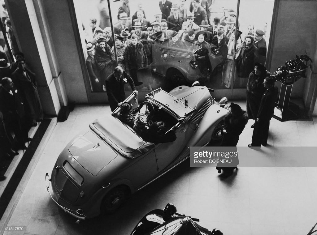 1936. Продажа новой модели Рено на Елисейских полях, Париж