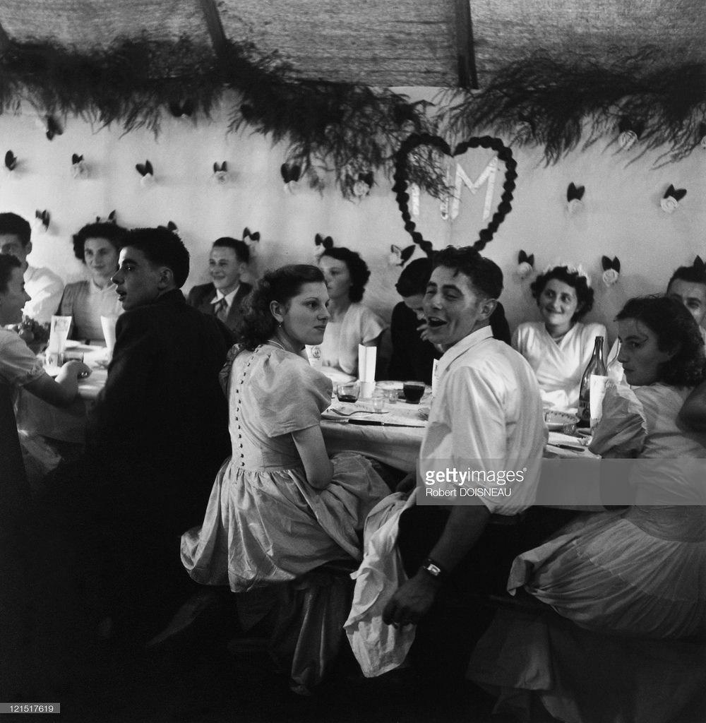 1951. Свадьба в провинции. Новобрачные на банкете